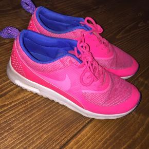 Nike Thea sneaks.