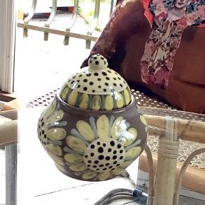 En rigtig fin keramik krukke med låg med skøn glasur i sart gul nuance. Krukken er 13 cm høj og i  fin stand.
