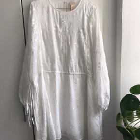 Helt ny kjole fra H&M. Stadig med prismærke. Kan afhentes i Aarhus C eller sendes 😊