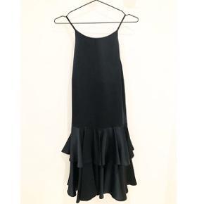 Flot satin kjole i midnatsblå. Sælges da jeg desværre ikke får brugt den Np:2500  Køber betaler 30 kr for fragt med DAO🌸