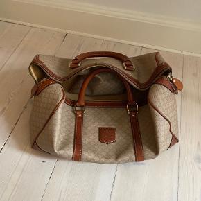 Vintage rejsetaske fra Celine har en enkelt skade ved det ene spænde men det kan sys og det er ikke alvorligt. Tasken kan sagtens bære tung vægt. Udover dette er den i meget pæn stand uden yderligere slid. Står indenfor ægtheden købt vintage i st tropez.