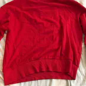 Varetype: Pullover Farve: Rød Oprindelig købspris: 150 kr. Prisen angivet er inklusiv forsendelse.  -sander med DAO -størrelse s men r oversized  -sælger fordi jeg aldrig for den brugt