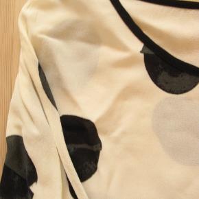 Brystmål ca. 2x49 Længde fra skulderen og ned ca. 65  100% viskose.  Jeg tager desværre ikke billeder med tøjet på.
