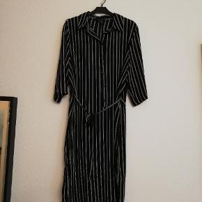 Kjole købt i Primark med bindebånd. Super behagelig at have på. Tyndt chiffon-lignende stof.