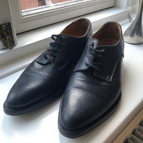 Sko i 100% skind fra H&M i str. 37 sælges. Købt for nogle år siden til 500 kr. på hm.com. Skoene er brugt, og sælges derfor til 200kr. ekskl. fragt, men byd endelig.