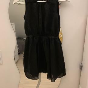 En rigtig flot kjole med glitter på har et hold men ses ikke der for sælges den billigt;)