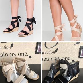 Superfine sko med kilehæl fra UGG AUSTRALIA. De højhælede sko er fremstillet i ruskind og har en fin dekorativ sløjfe rundt om anklen. – Lynlås ved hælen Hælhøjde: 5 cm Plateau: 2 cm. Nypris 969kr