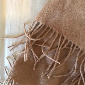 Sandfarvet ULD halstørklæde sælges. Fra Magasin, brugt få gange. Rigtigt varmt 💛