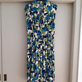 Vintagekjole fra 1960'erne med fin udskæring og matchende bælte til taljen.