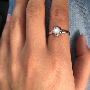 Sølv ring med ægte hvid sten.