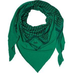 Sælger dette flotte lala berlin tørklæde i grønt. det er en rigtig flot farve og har intet slid. har kvit osv til