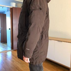 Flot velholdt mørkebrun vinterjakke  med ægte gåsefjer str. S/M fra The North Face sælges. Obs. Pelsen/ hætten kan knappes af. Sender kun via TS med købebeskyttelse😊