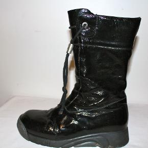 De populære støvler fra Bumper - i lak-skind.