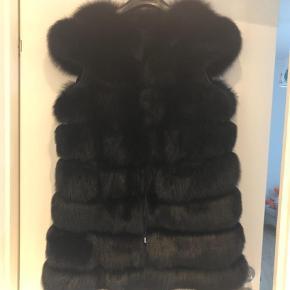Varetype: Pels Farve: Sort Oprindelig købspris: 17000 kr.  Meget smuk raccoon , pels vest.   Str passer til 38,40,42 afhænge hvordan men ønsker den skal sidde.   Nypris var 17.000