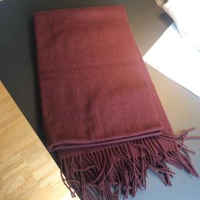 Halstørklæde i Bordeaux. Fra weekday.  Afhentes i Aarhus.