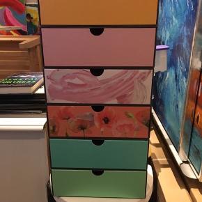 Kasser fra goodiebox. Lim den evt sammen og brug dem som lille kommode på skrivebord eller som smykkeskrin eller opbevaring af make-up. Kun fantasien sætter grænser. Prisen er pr stk eller 3 for 40,-