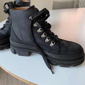 Angulus støvler i str 38. Købt september 2020. Æske medfølger. Fremstår næsten som ny.   Kan afhentes i Kalundborg eller sendes på købers regning.