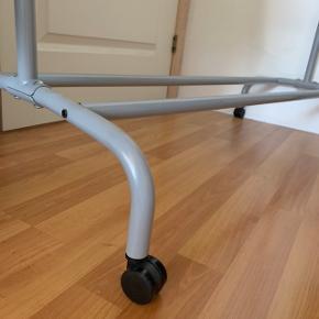 Tøjstativ i grå fra IKEA det kan sænkes og forhøjes og så er der hjul på☺️ BYD