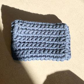 By Brink blå hæklet clutch med guldfarvede detaljer. Der er en plet foran (se billede) - kan muligvis komme af.