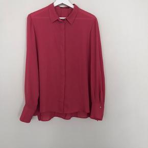 Virkelig flot skjorte, som jeg desværre ikke får brugt. Med skjulte knapper.  Materiale mærket er klippet af, men gætter på det er viskose