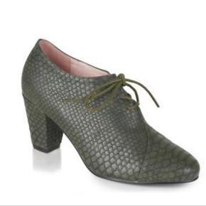 Fine krokomønstrede støvletter fra Lulu Hun. Rigtig god komfort pga blokhælen. Kun brugt få gange og primært indendørs.