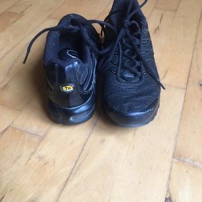 En hvid lille klat lim foran på højre sko. Lille plastic del lidt løs. Ellers i utrolig god stand.