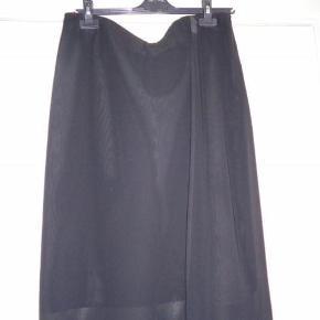 """Brand: MOLLY-JO Varetype: NEDERDEL """"NY"""" Farve: SORT Oprindelig købspris: 999 kr. Prisen angivet er inklusiv forsendelse.  Supersmart nederdel i 2 lag. Lynlås i siden og elastik i taljen, som ikke ses pga. et tyndt stof udenpå nederdelen.  100% polyester  Mål: Talje 100 cm Længde 66 cm Yderlag ca. 6 cm længere"""