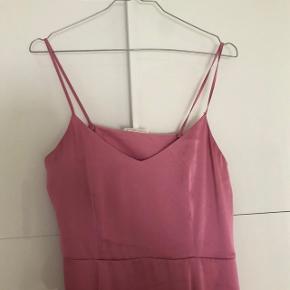 Sælger denne smukke lyserøde kjole fra arket. Brugt 2 gange, og fremstår som ny. I polyester. MP 300kr