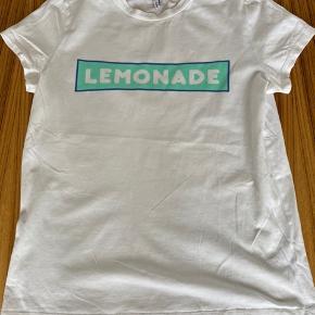 Trendy T shirt i en lækker bomuldskvalitet. Størrelse 38.
