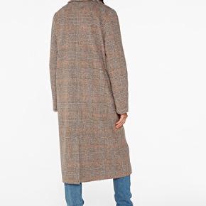 Lækreste ternet frakke Monki, nye kollektion, købt for en måned siden og kun brugt 3-4 gange, som ny.