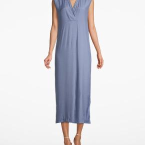 Fin oversize maxi kjole fra Whyred. Super fin med bare ærmer om sommeren og kan bruges over en langærmet bluse om vinteren.  Nypris 1400.  Kun brugt få gange