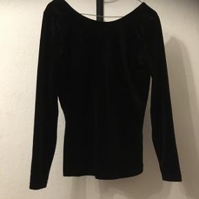 Smuk sort velour bluse fra Jacqueline de Young. Helt ny og ubrugt med mærke i.  Nypris 119,95. Sælges til 35kr, eller måske dit bud😊 Aarhus