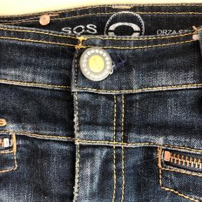 Kort cowboy-nederdel med mange fine detaljer. Knappen kan skrues af så ikke tager skade ved vask. Brugt få gange. Fremstår rigtig pæn. Livvidde: 2x40 cm. Længde: 44 cm. Bytter ikke. Sender gerne på købers regning. Nypris: 1600,-  #Secondchancesummer