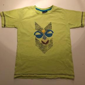 Varetype: Bluse Farve: Grøn,Lime Oprindelig købspris: 200 kr.  Hummel t-shirt i frisk farve, har en lille bitte plet (1-2 mm), se billede 2, ikke forsøgt fjernet.   Bytter ikke og prisen er fast