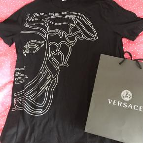Superfed Versace t-shirt i sort med sølv mønster. Rigtig god stand, ingen slid på mønsteret og næsten ikke brugt. Brugt af dreng på 180 cm. Kommer med pose.