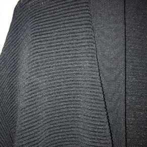 Lækker ribstrikket fin cardigan med 3/4 ærmer Viskose / Polyester