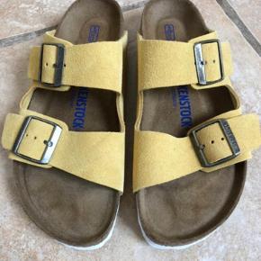 Birkenstok Arizona sandaler i farven Ochre med blød fodseng og i ruskind. Det er normal bredde og de er dejlig bløde at have på. Flere billeder i kommentaren👇🏻  Prisen er fast.