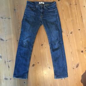 Fede levi's jeans. Lidt slidt på knæet men giver et fedt look.   Ny pris ca. 500kr  Betaler selv fragt