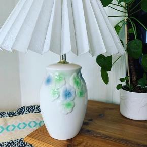 """🍂GRATIS FRAGT INDTIL 20/10🍂  Super fin lampe med de fineste blomster hele vejen rundt. Virker perfekt og er i perfekt stand ✨  🌱Se flere fine vintage-sager på min Instagram @loppetastisk  🌱Bemærk, varen er retro/vintage. Standen på varen er altid beskrevet, som fx patina, skår, afslag mm, men den betragtes derudover som """"brugt"""". Swipe for flere billeder eller spørg gerne efter mål osv.   🌱Sender gerne. Få billigt Porto via TS-handelssystem. Sender også gerne større ting med GLS."""