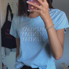 Lyseblå sunday tshirt Brugt få gange, så ingen tegn på fejl, skriv hvis du intra💙