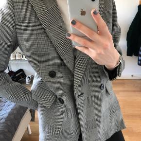 Fin H&M blazer i rigtig fin stand!! Brugt ca 2. Gange. BYD :)