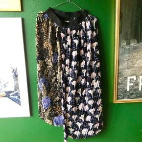 Plisseret nederdel fra H&M i str. 34 💫 Virkelig speciel med de to forskellige blomstret prints.   Kan hentes på Frederiksberg eller sendes med dao.