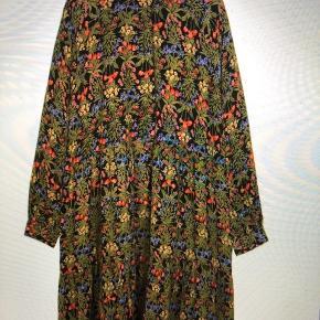 Vildt lækker kjole fra Boii Studios i blomsterprint 🌸 Billedet er taget fra hjemmesiden, hvor den stadig sælges.  Fitter fra xs-m Kan hentes i Aarhus eller sendes igennem TS