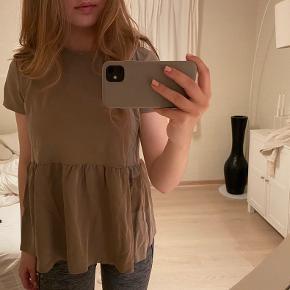 Så fin peplum t-shirt fra ZARA i str. medium - den er størrelsestilsvarende 😄 Brugt en enkelt gang.