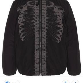 Ny Molo vinterjakke med skelet i reflekser. Ny refleks jakke fra molo. Kan hentes i Esbjerg eller sendes med dao for 48kr.