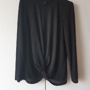 Rigtig smuk bluse i tynd elegant materiale. Brugt 2 gange og vasket det samme.  Np. 280 kr fra yas,  Y.A.S