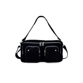 SÆLGER denne populær nunoo taske. Da den ikke er noget for mig. Brugt et par gange, men ser helt ny ud.  Np: 1199 kr  Mp: 700  Send gerne bud, helst seriøse :-)