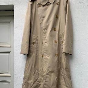 Vintage trendscoat fra Burberry da de blev produceret til Magasin.  Ret fin stand selvom den vintage - lidt slidt i læderet på spænderne men ellers fin både i foret og stoffet.  Kan ikke lige størrelsen men det er en str L og den er unisex