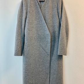 OBS! Privatbeskeder og kommentarer besvares ikke. Prisen er fast.  Flot, grå jakke fra Just Female i str. S. Jakken er 80% uld og er derfor dejlig varm og perfekt til de kolde dage. Den er helt som ny og fremstår derfor rigtig flot.
