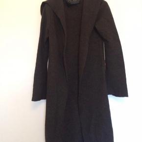 BYD!!!!! Farve: Brun Den lækreste lange cardigan med hætte og bindebånd.  100% uld Absolut i den pæne ende af denne kategori!